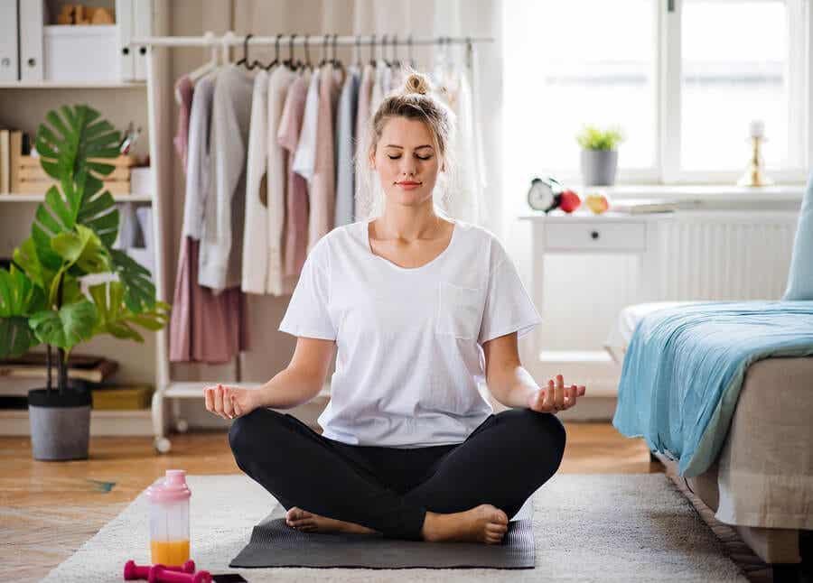 Klostrofobiyi yenmek için meditasyon yapan bir kadın.