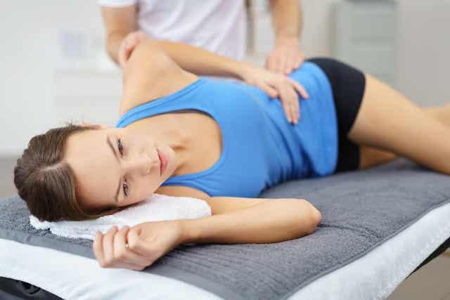 fizik tedavi gören kadın